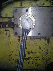 Вывод кабелей датчиков через люк в крышке турбинки ПТН